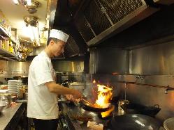 料理長は四川出身で厨房で腕を振る姿