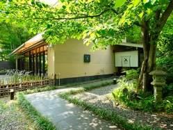 湯河原の緑豊かな高台に佇む。晴れた日はテラス席も心地よい