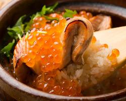 一席ごとに土鍋で炊きあげる季節の御飯は人気の一品。