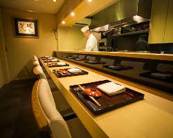 カウンター席で料理人の仕事ぶりをご堪能下さい。