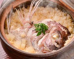 土鍋でふっくらと炊き上げた鯛めし。米の一粒一粒まで味しっかり