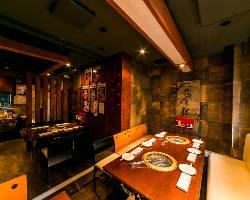 [2階フロア] 1階とは異なる落ち着いた雰囲気で大人の焼肉宴会