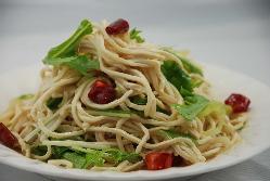 台湾人気料理「豆腐干しサラダ」。