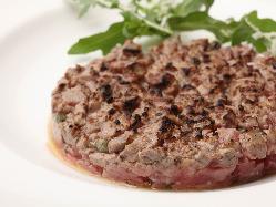 円形のタルタルステーキは、肉の旨味が凝縮しコク深い味わい。