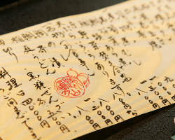 経木に書かれたメニューで、旬のお料理をご案内致します。