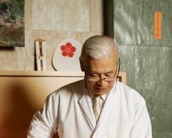 店内には祇園舞妓の団扇や八坂神社の札等、京都を感じる品々が。