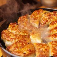 一口ほうばるとあふれる肉汁と香ばしさ♪「博多一口鉄板餃子」