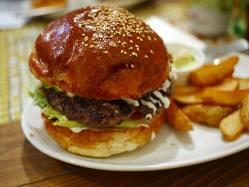 【名物料理】 ハンバーガーは有名店特注のもちもちバンズも美味