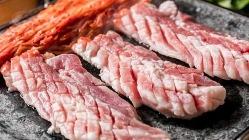 国産豚肉に丁寧に刻みを入れ仕込むサムギョプサル【新大久保】