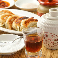 塩がオススメ!味わい濃厚な特製焼餃子は、紹興酒と合わせてみて