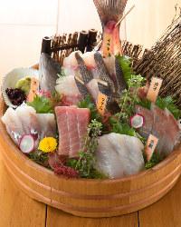 刺し盛りは980円~!直送されたばかりの旬魚を厚切りでご提供