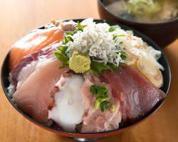 ランチの海鮮10種丼では、赤身も中落ちもなめろうも味わえます!