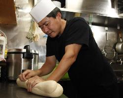 熟練の麺点師が3時間かけて捏ねる生地の食感にダレもが驚く!