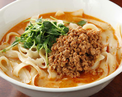 稀少な唐辛子や香辛料が魅せる絶品スープに麺が絡む刀削麺
