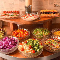 彩豊かなお野菜やフルーツが楽しめるサラダバー