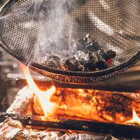 ライブ感あふれる調理の「知覧どりの黒焼き」は必食です
