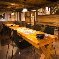1階はレトロな雰囲気のテーブル席席を繋げて宴会可