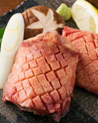 【自慢の肉】 豪快に厚く切り出したたん!食感と味わいが格別