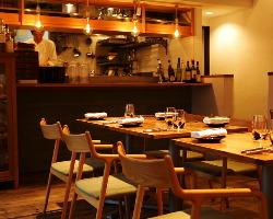 活気ある厨房の様子も垣間見ることができる。