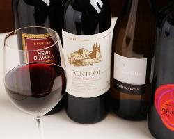 イタリアワインは赤・白約50種類ずつ取り揃えています。