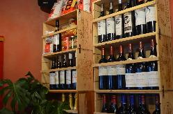 店内に並べてある店長自らが厳選したワイン