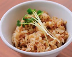 煮干しの醤油ダレで炊いた「豚炊き込みごはん」は人気メニュー。