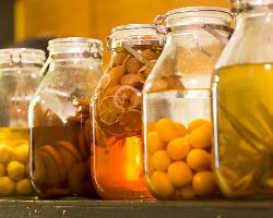 キンカンやスダチ、イチゴなど季節の果実酒は、店主のお手製だ。