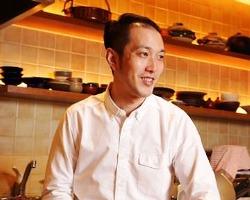 調理をしながら店内全席に気を配る店主・中戸川氏。