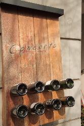 ピュピトルと呼ばれるワインラックを用いた、ユニークなサイン。