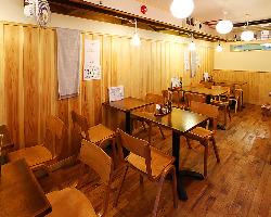 木目を基調とした温かな店内。テーブル席とカウンター席を用意。