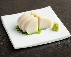 定番の「板わさ」から新鮮な刺身まで、酒肴の種類は豊富。