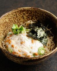海苔と三つ葉でアクセントを効かせた「納豆とろろ」も人気。