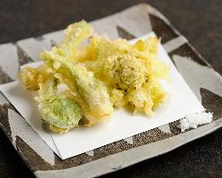旬の野菜が並ぶ「山菜天ぷら」で四季の味を楽しみたい。