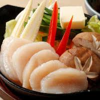 海鮮鉄板焼きは新鮮なほたてやあわびを目の前で調理します
