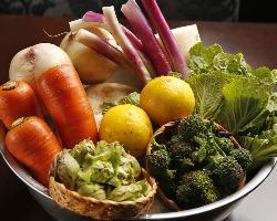店主の母親が佐渡で生産している新鮮野菜には、珍しい物も多数。