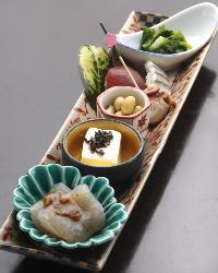 ディナーの前菜は、旬の素材を取り入れ、見た目の彩りも鮮やか。