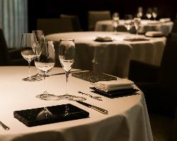 シェフのこだわりが光る丸テーブル。ゲスト同士の会話も弾む。