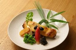 新鮮な素材の風味を活かした料理を美しい盛りつけで提供する。