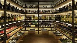 ガラス張りのウォークインワインセラーには150種以上のワイン。