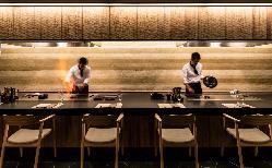 目の前で熟練シェフが焼き上げ、五感で楽しむ鉄板焼き。