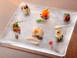 6種の魚介盛には異なる味付けとソースがあしらわれている。