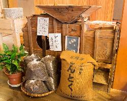 店の中心には唐箕(とうみ)と呼ばれる穀物選別機を飾っている。