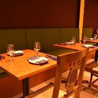 ウッド調のテーブル、普段のお食事等の地元感を演出。