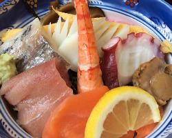 海鮮丼は見ただけで鮮度の良さが伝わる渾身の一品です!!