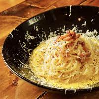 パルミジャーノレジャーノチーズ、かけ放題の贅沢サラダ
