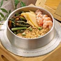 [季節の釜めし] その時季の旬食材を具材に使った釜めしも大人気