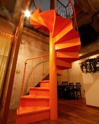 [こだわりの内装] 地下メインフロアから1F個室へは専用階段で♪