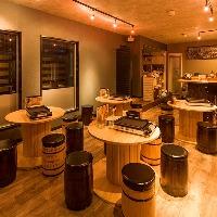 黒を基調としたモダンでおしゃれな空間の大衆居酒屋
