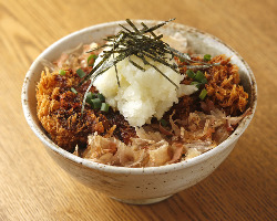 「醤油かつ丼」は大葉の爽やかな香りと醤油ベースのタレが絶妙。
