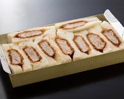 お土産に人気の「ヒレかつサンド」は、6切と9切の2種類ある。